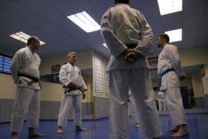 Práctica con un grupo de alumnos (año 2006). Sensei Camani pone énfasis en la importancia del Hara.